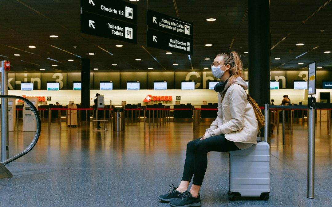 Mulher sentada na mala no aeroporto
