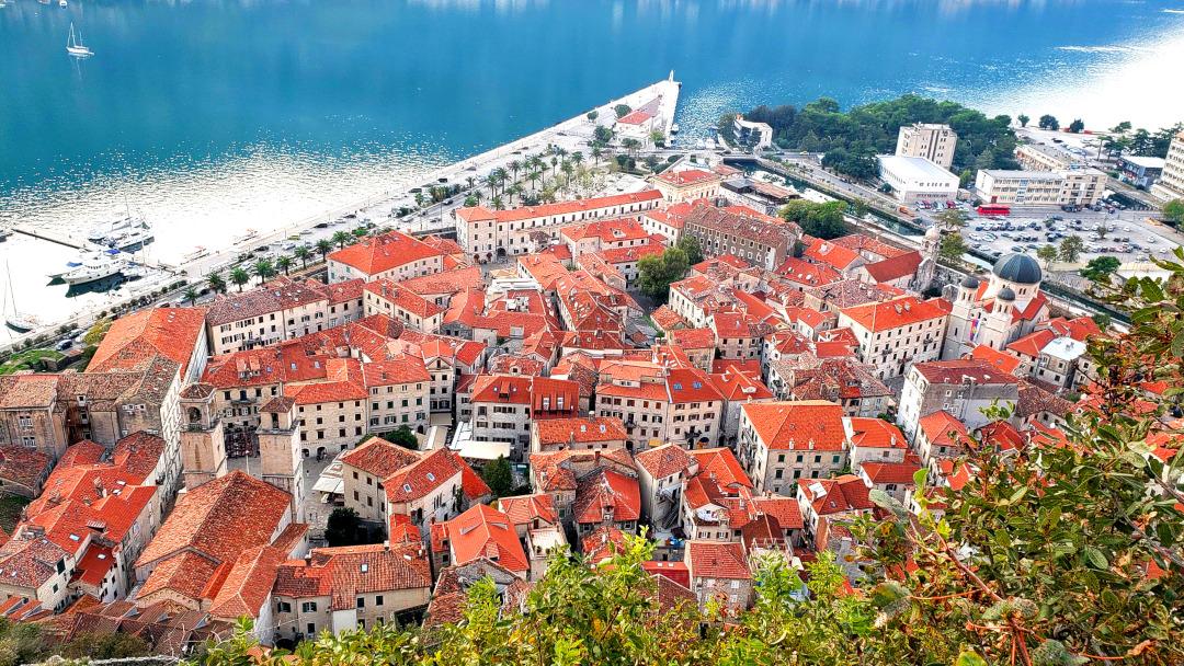 Vista aérea do centro histórico de Kotor