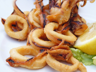 Plate with fried calamari and lemon