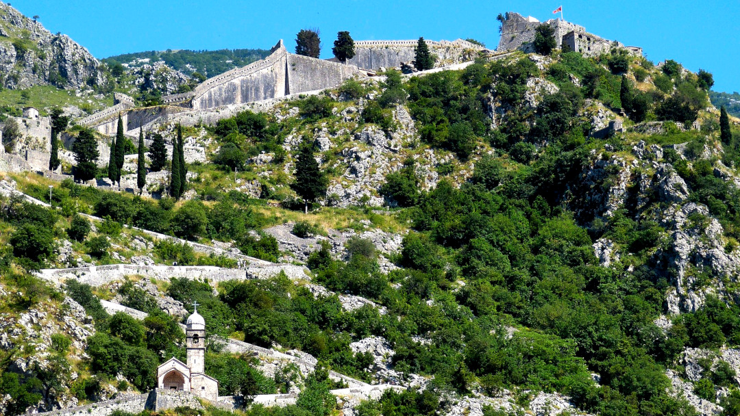 Vista panorâmica dos degraus sinuosos que sobem a montanha até a fortaleza