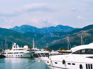 Barcos e iates estacionados em uma marina