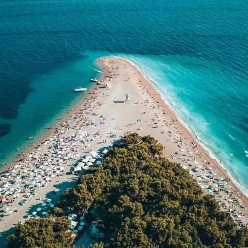 Vista aerea de uma praia de areia