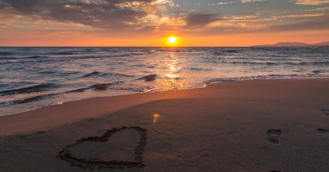 Coração feito na areia