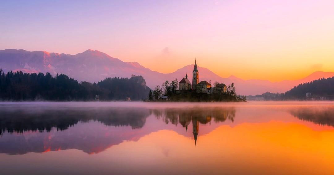 Ilha com uma igreja no meio do lago ao pôr do sol