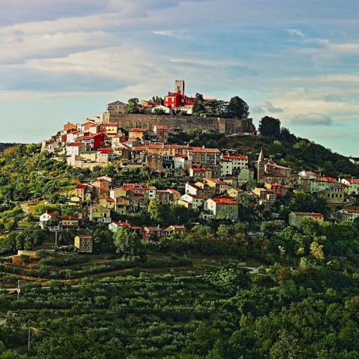 Uma cidade acropole em cima da colina