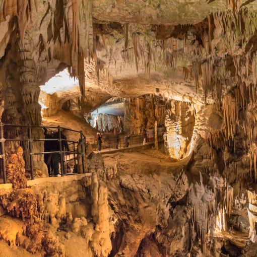 Pessoas caminhando pela trilha na caverna