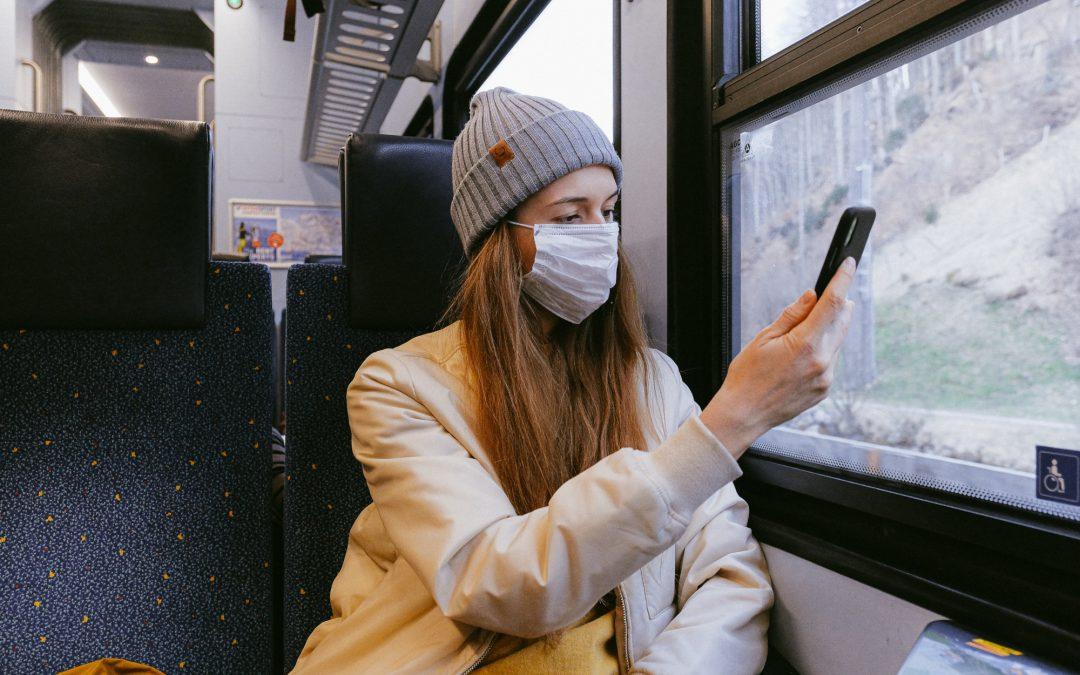 Mulher usando mâscara no trem