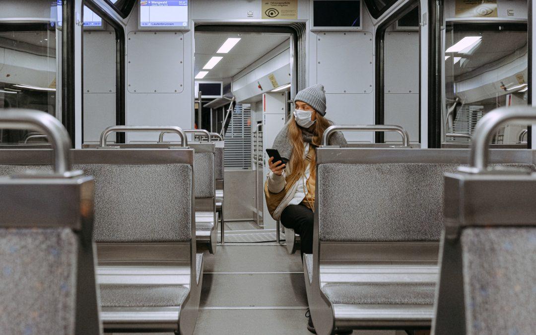 Mulher com a mâscara no trem