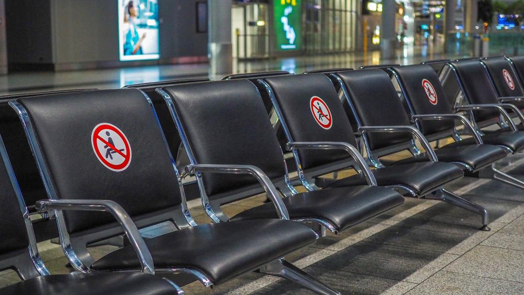 Cadeiras do aeroporto vazias