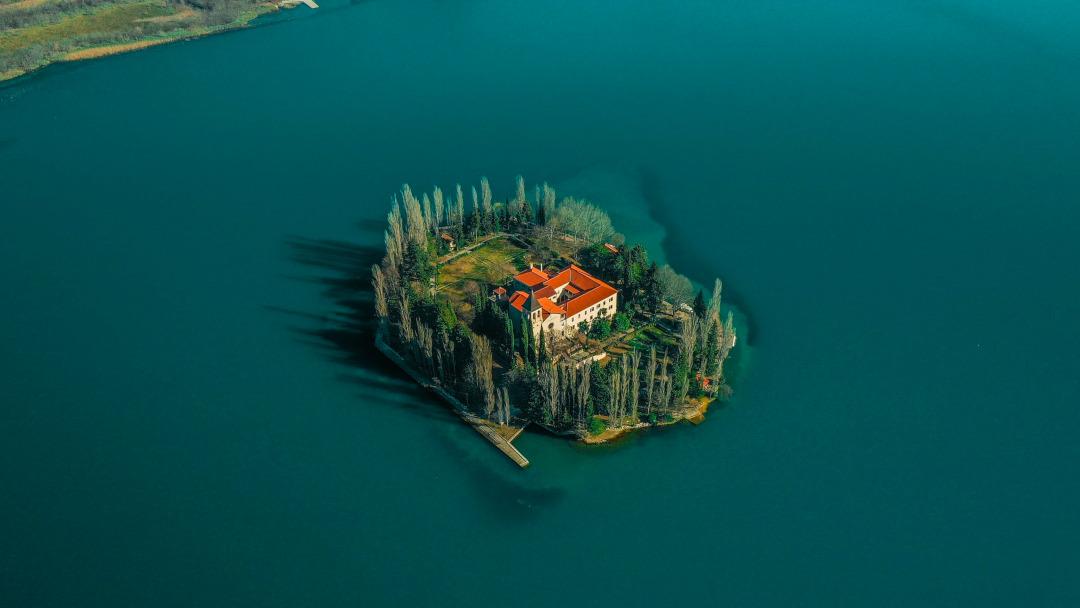 Uma pequena ilha fluvial com um edifício