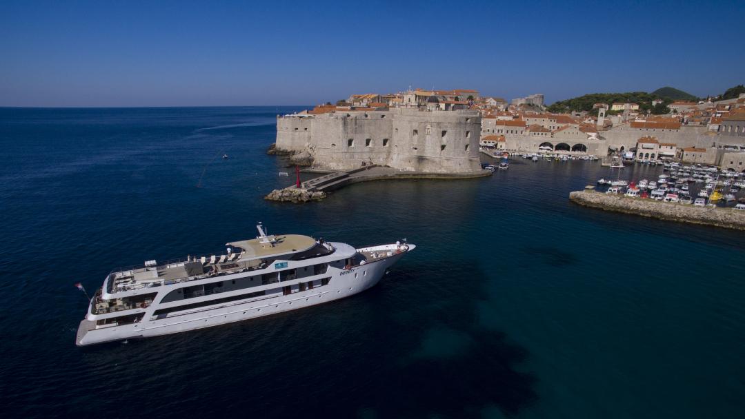 Cruzeiro no mar com a cidade murada de Dubrovnik