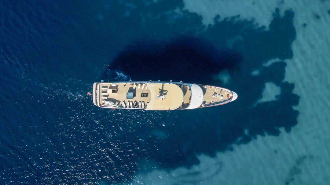 Vista aérea de cruzeiro e mar