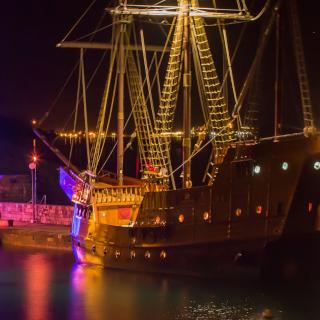 navio de madeira no porto