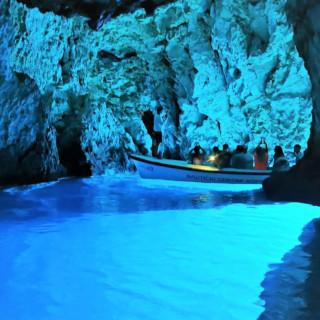 pessoas no barco numa gruta no mar